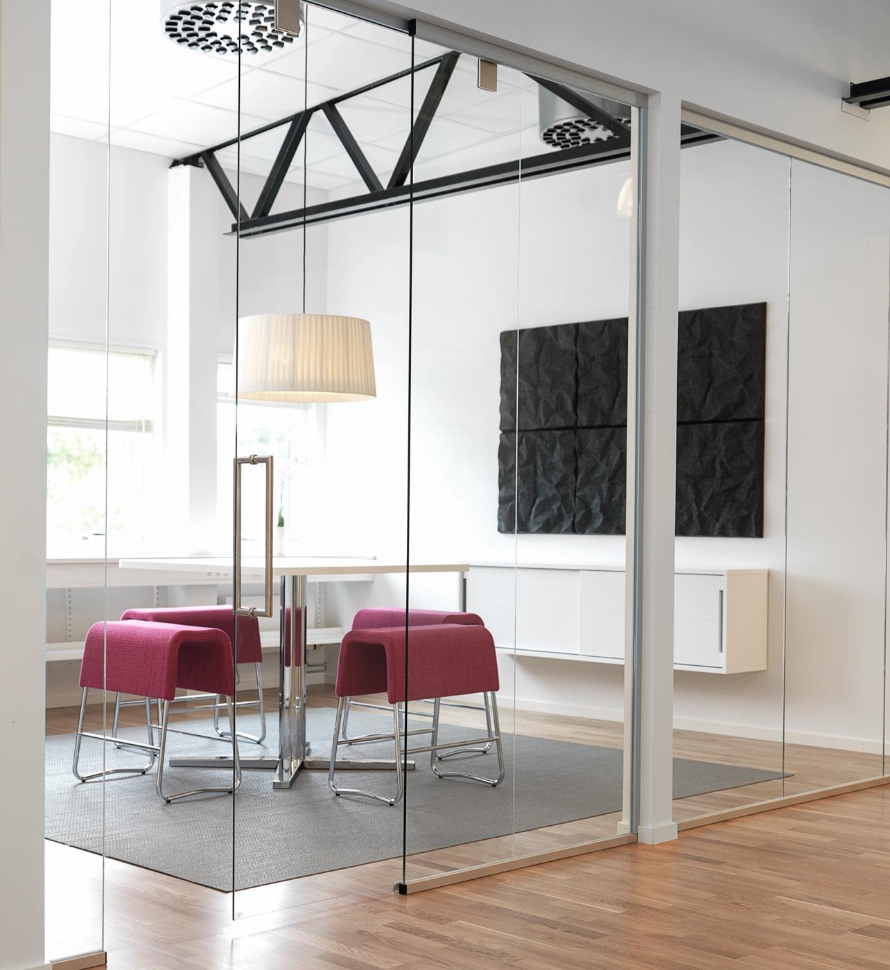 Mötesrum med akustiktak och ljudabsorbent på vägg.